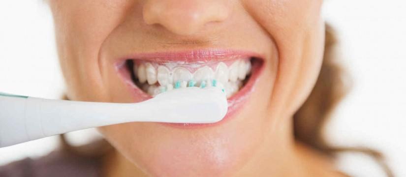 5-errores-habituales-al-cepillar-los-dientes-1920